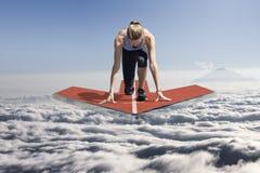 在云彩上的女性赛跑者箭头平台 图库摄影