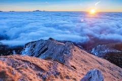 在云彩上的山土坎 免版税库存图片
