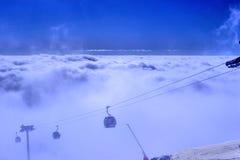 在云彩上的山顶部 库存图片