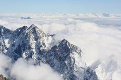 在云彩上的山,从楚格峰的看法 库存图片