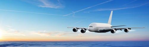 在云彩上的巨大的飞机飞行在剧烈的日落 图库摄影