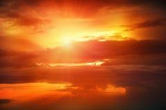 在云彩上的日落 免版税库存照片