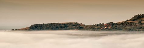 在云彩上的村庄 库存图片