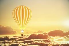 在云彩上的气球在日落 免版税库存照片