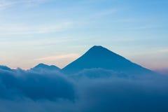 在云彩上的火山 免版税图库摄影