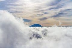 在云彩上的瑞尼尔山 免版税库存图片