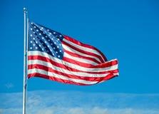 在云彩上的美国国旗飞行 图库摄影