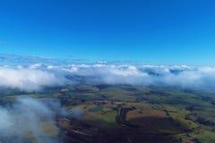 在云彩上的飞行与天空蔚蓝 库存照片