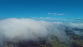 在云彩上的飞行与天空蔚蓝 股票录像
