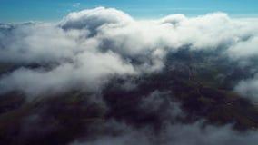 在云彩上的飞行与天空蔚蓝 影视素材