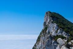 在云彩上的直布罗陀在清楚的蓝天 免版税库存照片