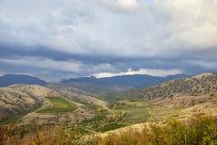 在云彩下的克里米亚半岛夏天风景在旅途上 免版税库存照片