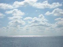 在云彩下的夏天海 免版税库存照片