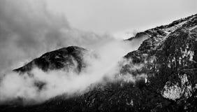 在云彩下的小山 免版税库存照片