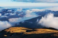在云彩下的山风景 免版税图库摄影