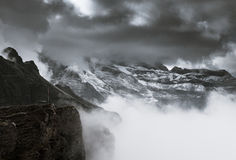 在云彩下的山 免版税库存图片