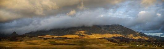 在云彩下的山 库存图片