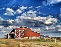在云彩下的谷仓 免版税库存图片