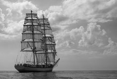 在云彩下的高船 免版税库存照片