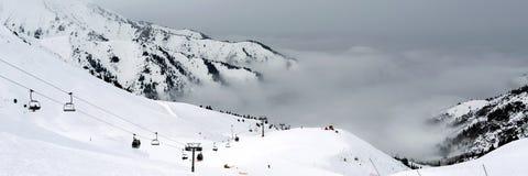在云彩下的滑雪胜地 库存照片