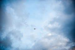 在云彩中的飞机 库存图片
