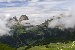 在云彩中的Sassolungo峰顶 白云岩 意大利 免版税库存图片