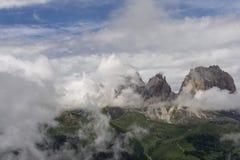 在云彩中的Sassolungo峰顶 白云岩 意大利 免版税库存照片