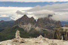 在云彩中的Sassolungo峰顶 白云岩 意大利 库存图片
