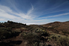 在云彩之上的山 免版税库存图片