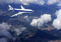 在云彩之上的飞机 免版税库存照片