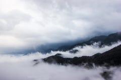 在云彩之上 从上面的山景 免版税库存照片