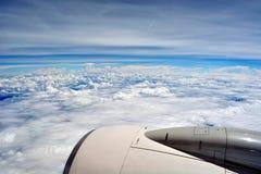 在云彩之上 飞过在天空的航空器在西藏的地球下 库存图片