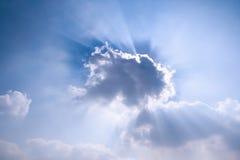 在云彩之后发出光线星期日 免版税库存照片