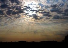在云彩之间的光 免版税库存图片