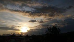 在云彩之间的太阳 免版税图库摄影