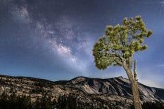 在云彩休息的银河-优胜美地国家公园 免版税图库摄影