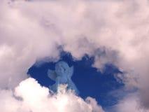 在云彩例证天空附近的天使 免版税库存照片