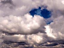 在云彩例证天空附近的天使 库存图片