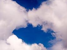 在云彩例证天空附近的天使 免版税库存图片