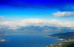 在云彩例证背景下的北欧海岛 免版税库存照片