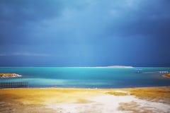 在云彩停止的以色列海运之上 免版税库存照片