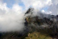 在云彩后的一座山 免版税库存照片