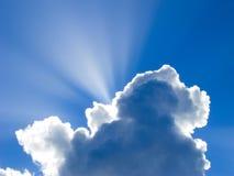 在云彩后的太阳光芒 图库摄影