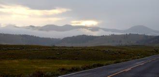 在云彩后的太阳在日出期间 免版税库存照片