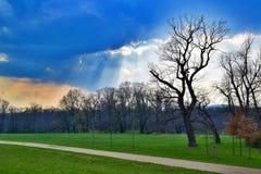 在云彩后的太阳的光芒由太阳的光芒仅看 免版税库存照片