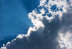 在云彩后的太阳的光芒 库存照片