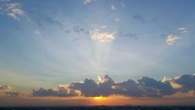 在云彩后的强的太阳光 免版税库存照片