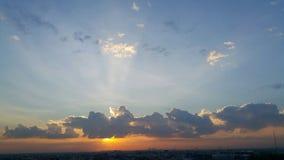 在云彩后的强的太阳光 库存照片