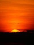在云彩后的日落在晚上。 库存照片
