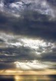 在云彩后的轻的早晨太阳 库存照片